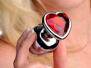 Metalen buttplug set met rode hartvormige siersteen